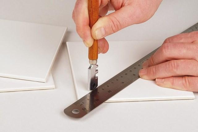 Как разрезать плитку стеклорезом