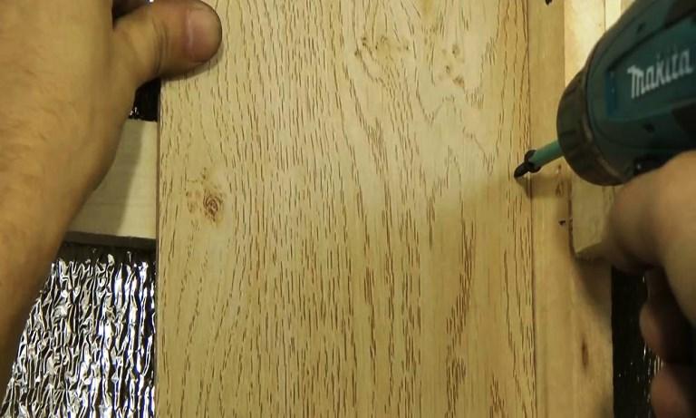 Крепление ламината на стену саморезами