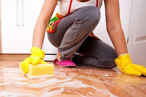 Часто для очистки линолеума достаточно мыльного раствора