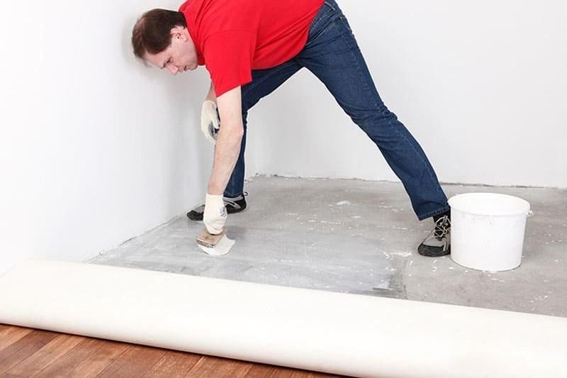 Процесс укладки линолеума на бетонный пол