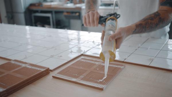 Приклеивание керамической плитки герметиком
